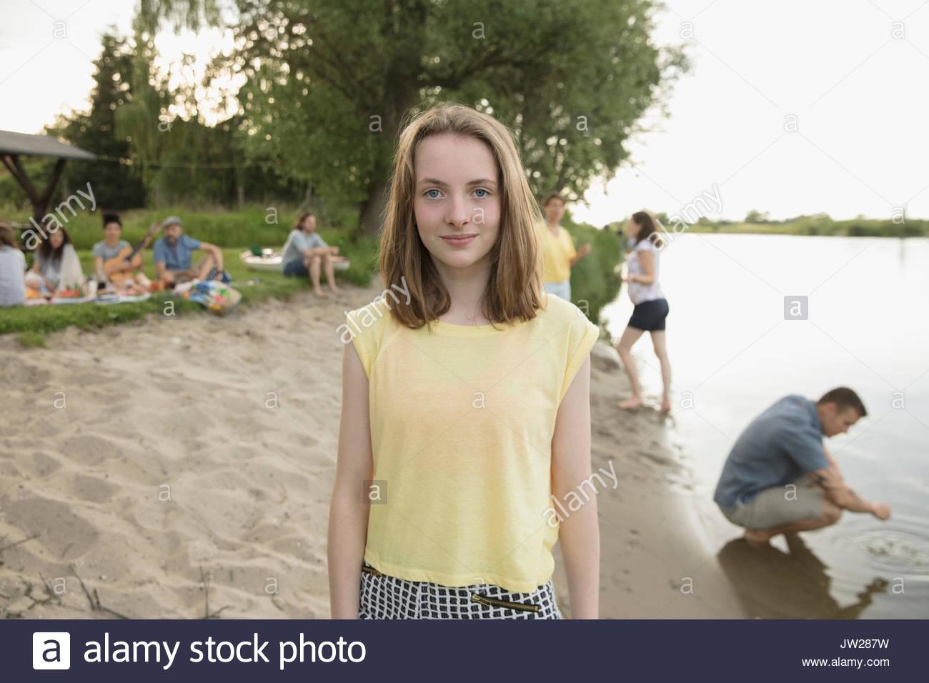 Ritratto sorridente pre-ragazza adolescente in estate la spiaggia sul lago Immagini Stock