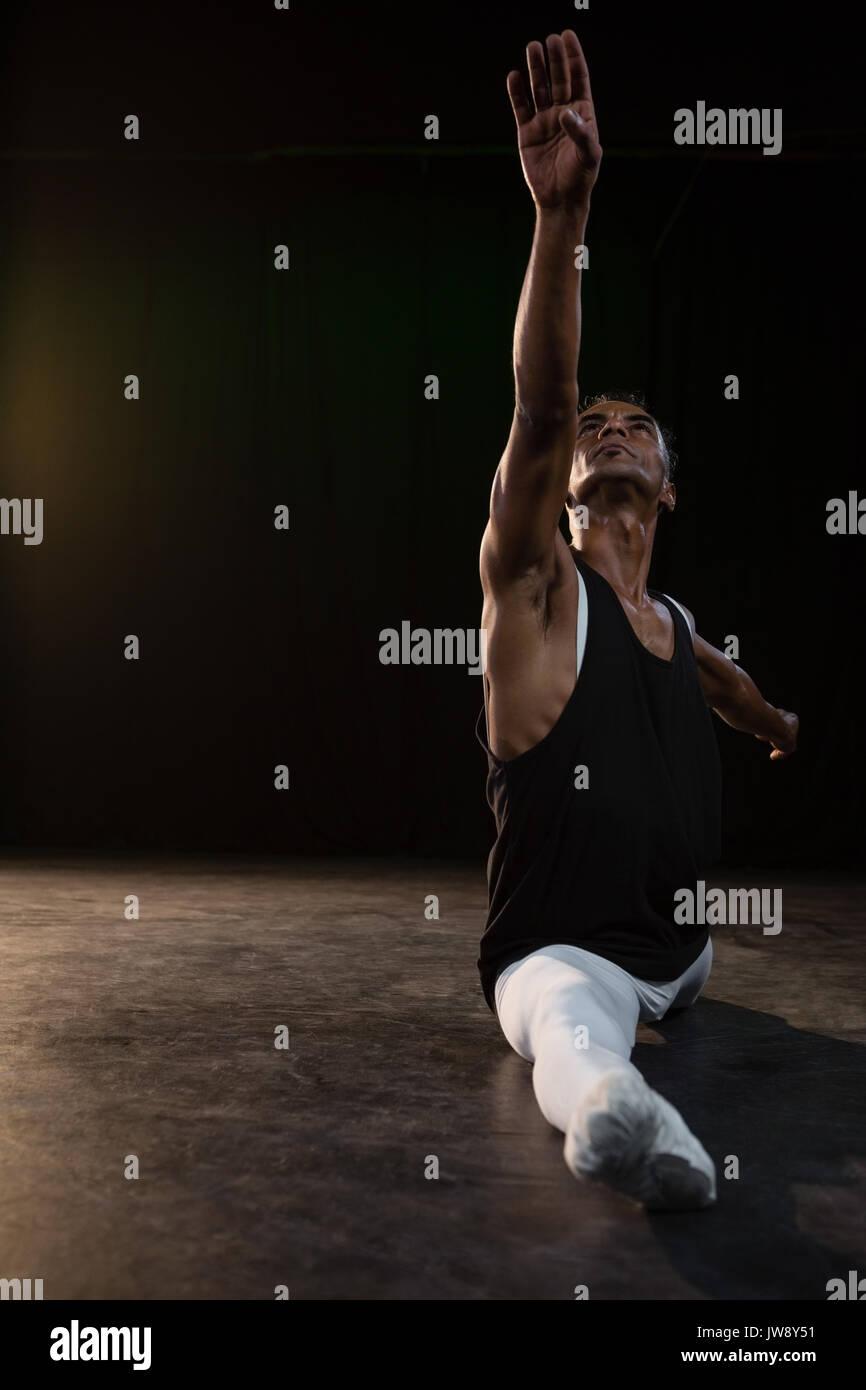 Ballerina di eseguire una divisione nella fase Immagini Stock