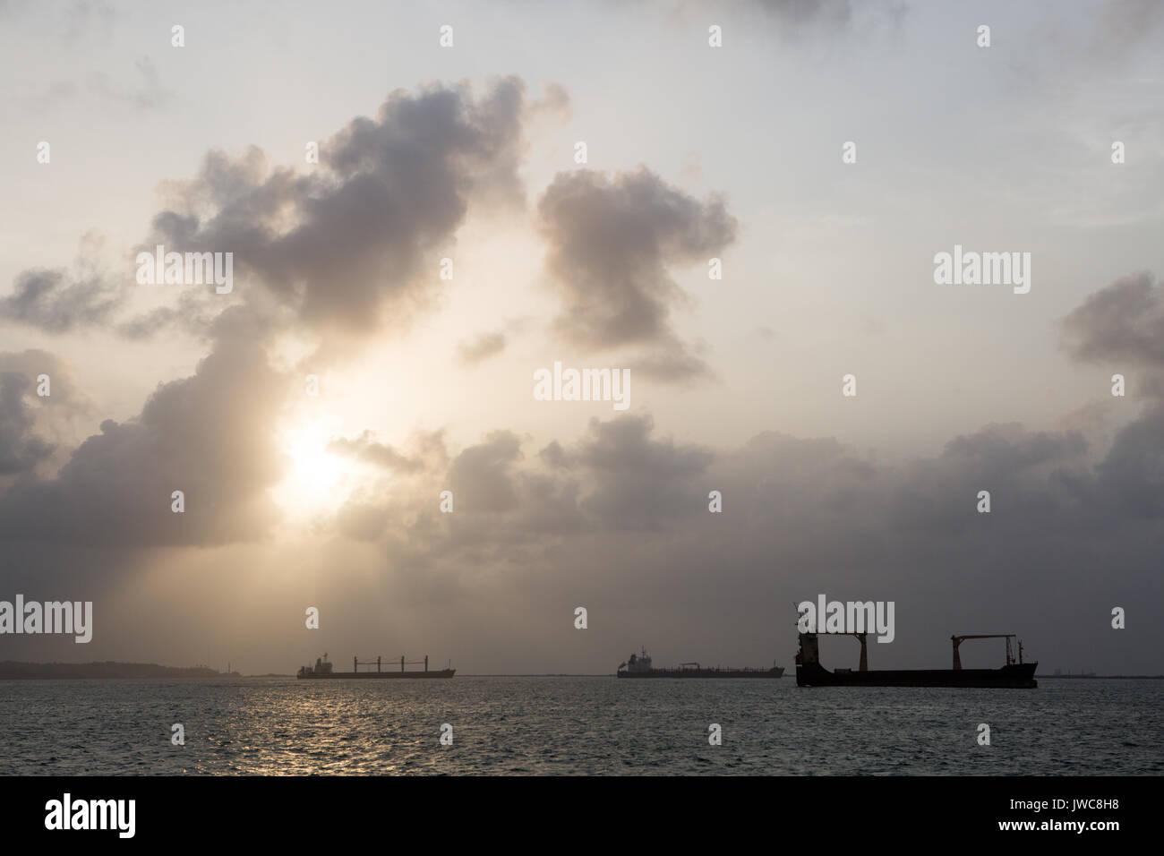 Diversi grandi navi di spedizione e i vettori sono posizionati in Limon Bay in prossimità dell'Oceano Atlantico ingresso del canale di Panama. Immagini Stock