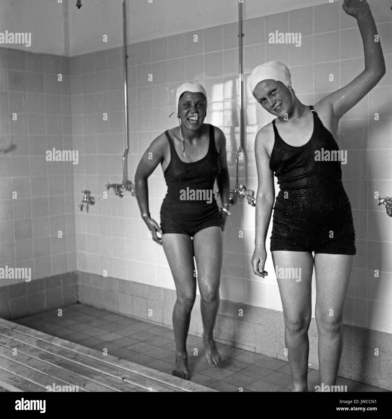 Due donne che indossano i costumi da bagno con doccia. Foto: Vyntage ...