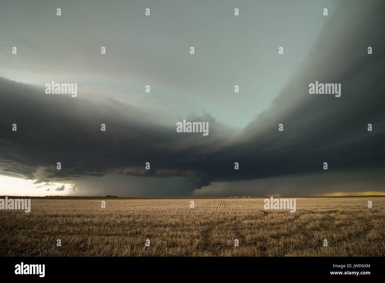 Bande di afflusso di flusso in una violenta tempesta supercell sull'alta pianura orientale della Colorado. Immagini Stock