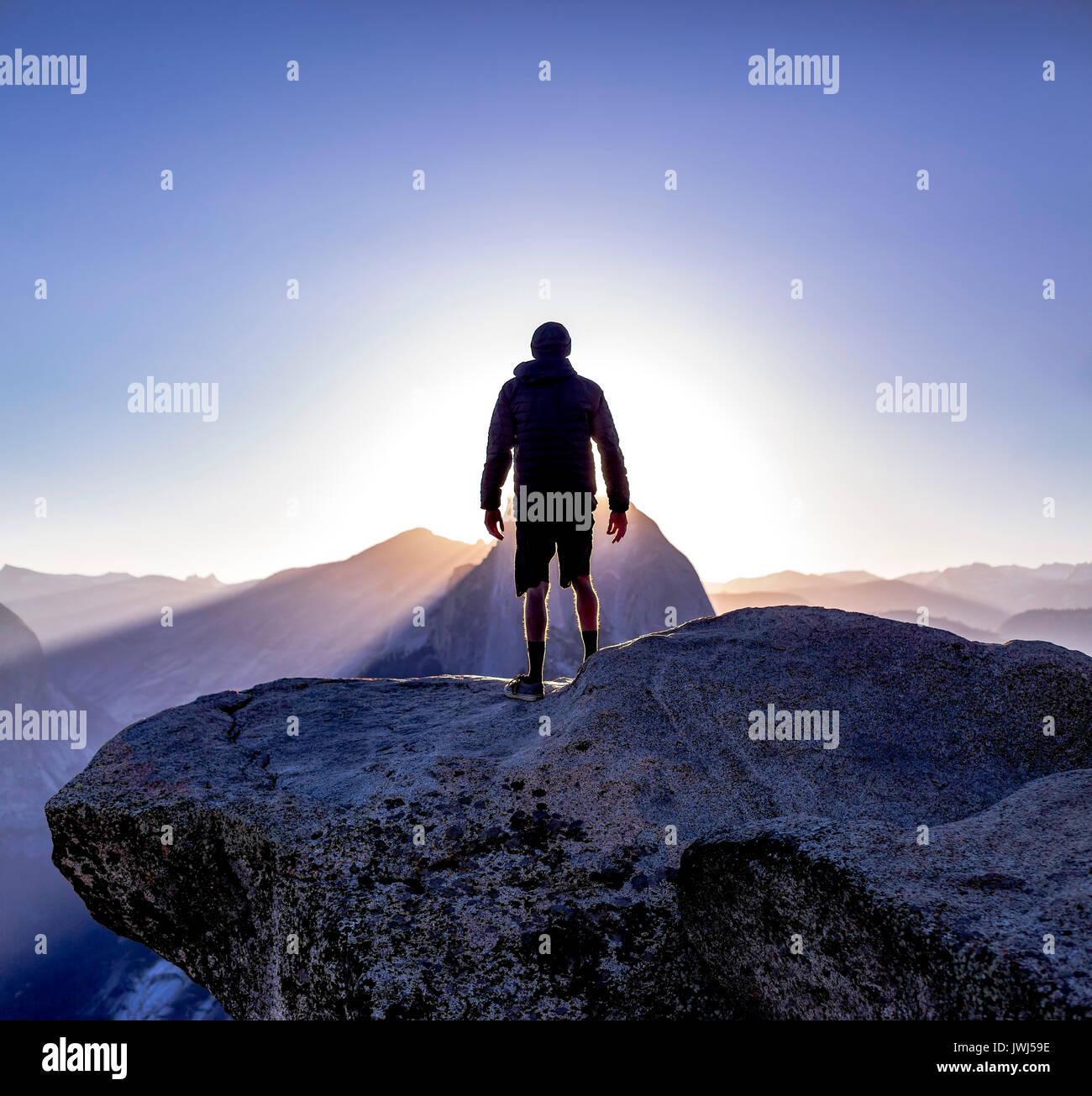 Il ghiacciaio e il punto di vista di mezza cupola con persona cercando off silhouette. Sunrise viste dal punto ghiacciaio fino al bordo della scogliera Immagini Stock