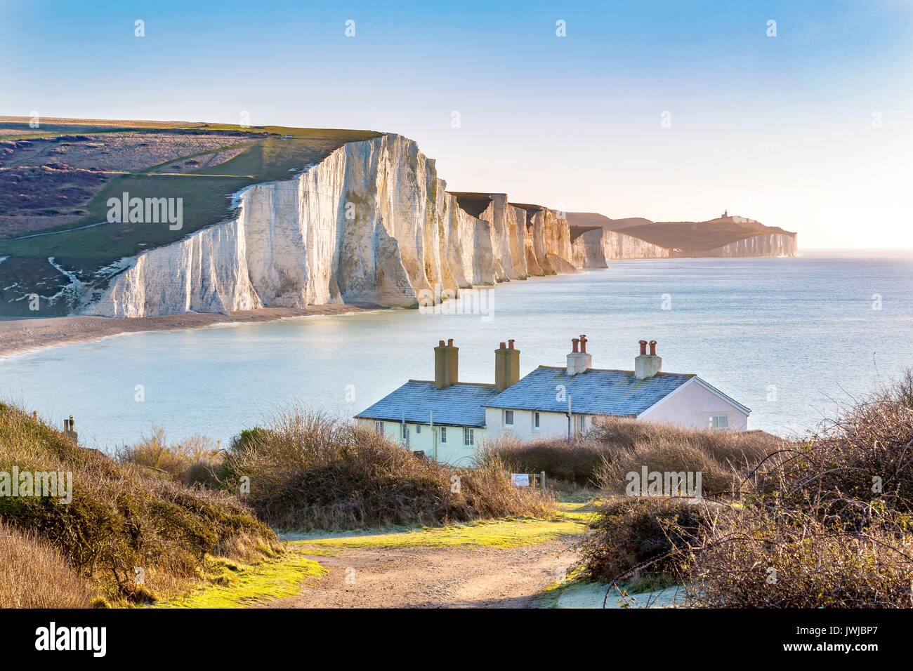 Il Coast Guard Cottages & Sette sorelle Chalk Cliffs appena fuori Eastbourne, Sussex, Inghilterra, Regno Unito. Immagini Stock