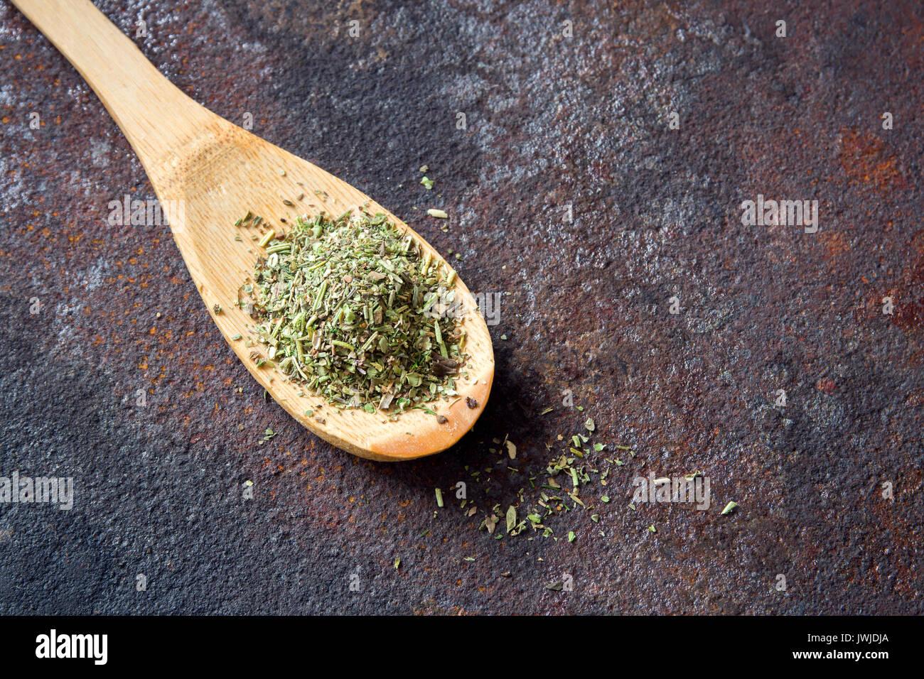 Misto di erbe italiane condimento su metallo rustico sfondo, copia dello spazio. Le erbe aromatiche essiccate stagionatura, un ingrediente sano per cucinare. Immagini Stock