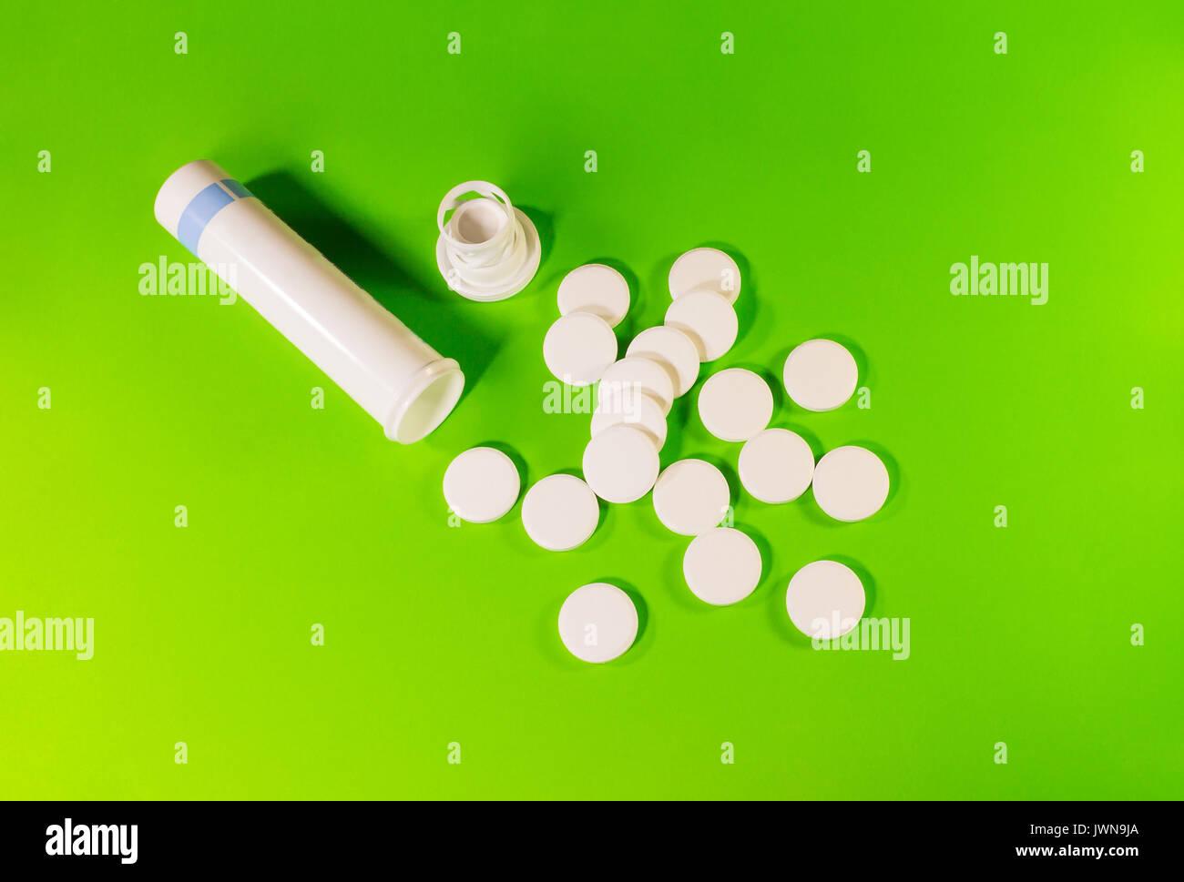 Pillole Di Bottiglia Sullo Sfondo Verde Foto Immagine Stock