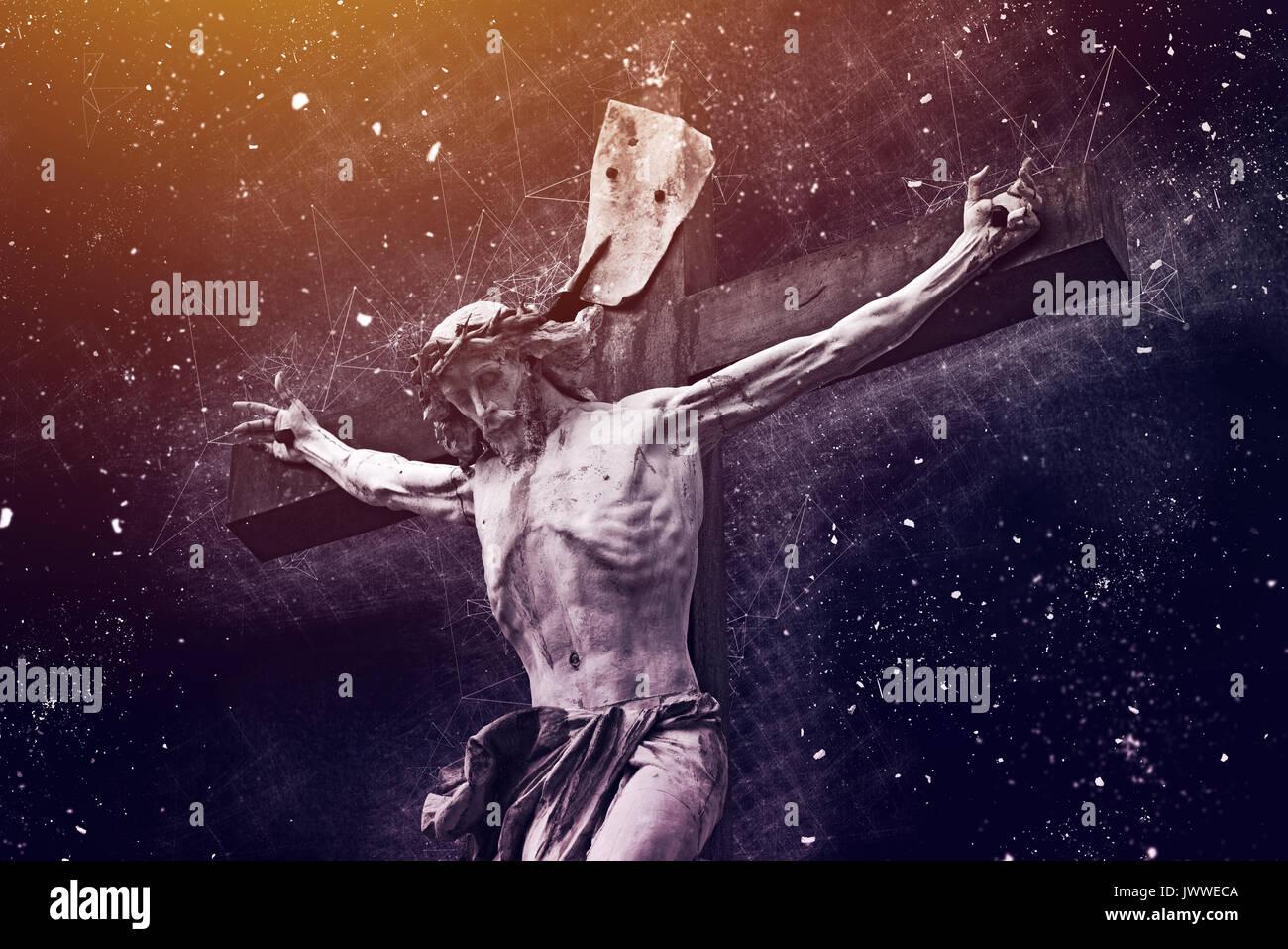 Una croce cristiana con Gesù Cristo statua, mixed media concezione religiosa Immagini Stock