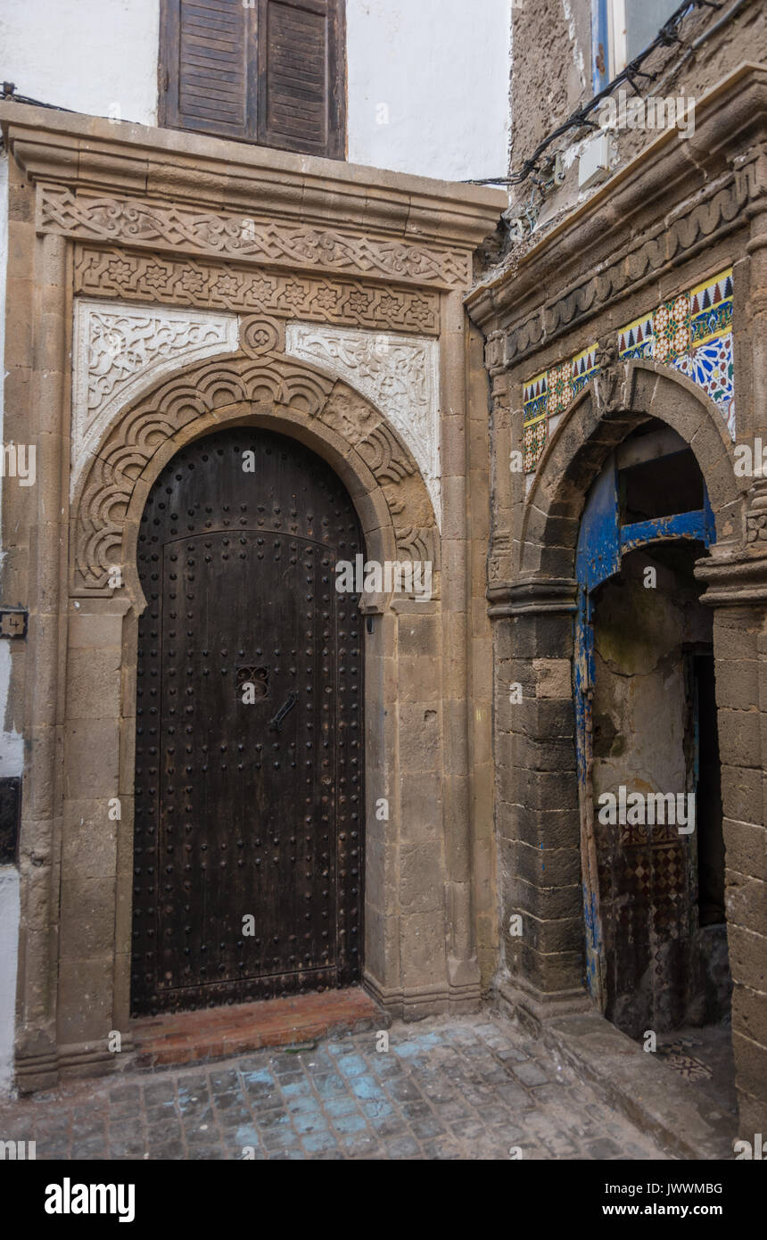 Foto Di Porte Antiche strada stretta, porte antiche e colorate le vecchie case del