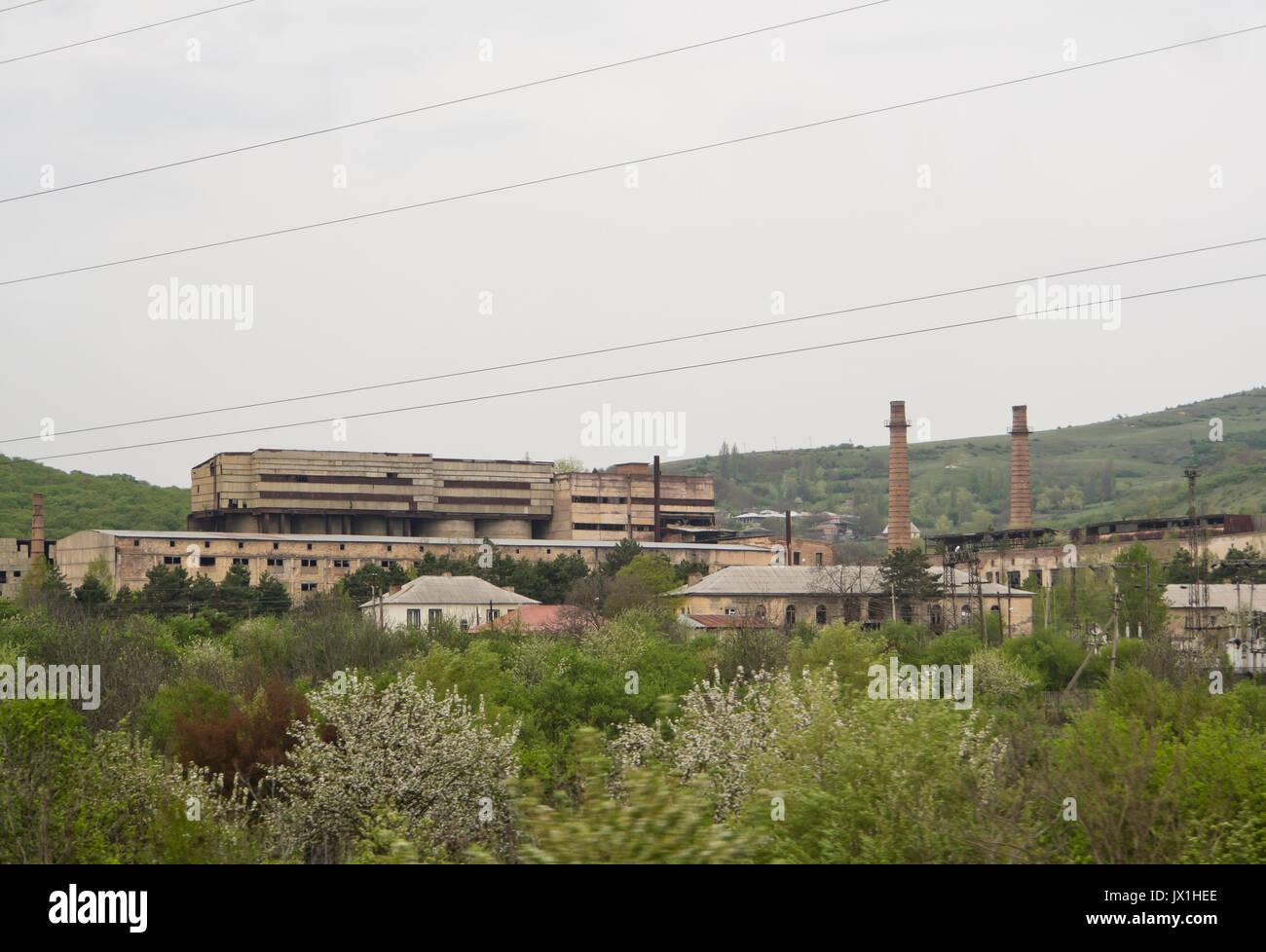 Era sovietica grandi complessi industriali in Georgia, ora la posa apparentemente abbandonato lungo la E 60 autostrada Immagini Stock