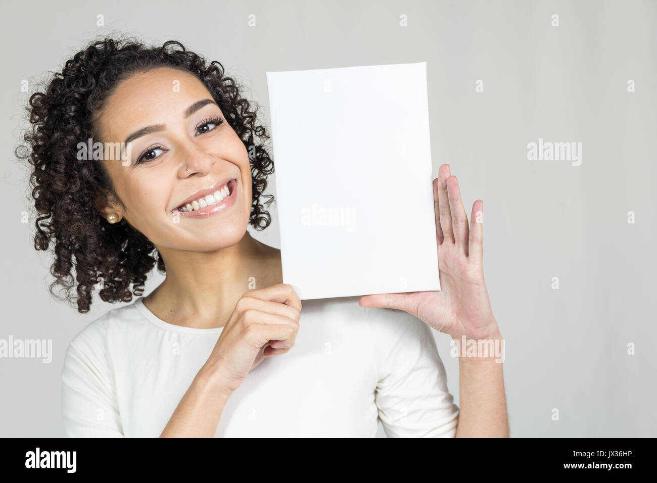 1363019eb3 Bella donna ha un cortocircuito, capelli ricci. Il bellissimo modello è  sempre sorridente e
