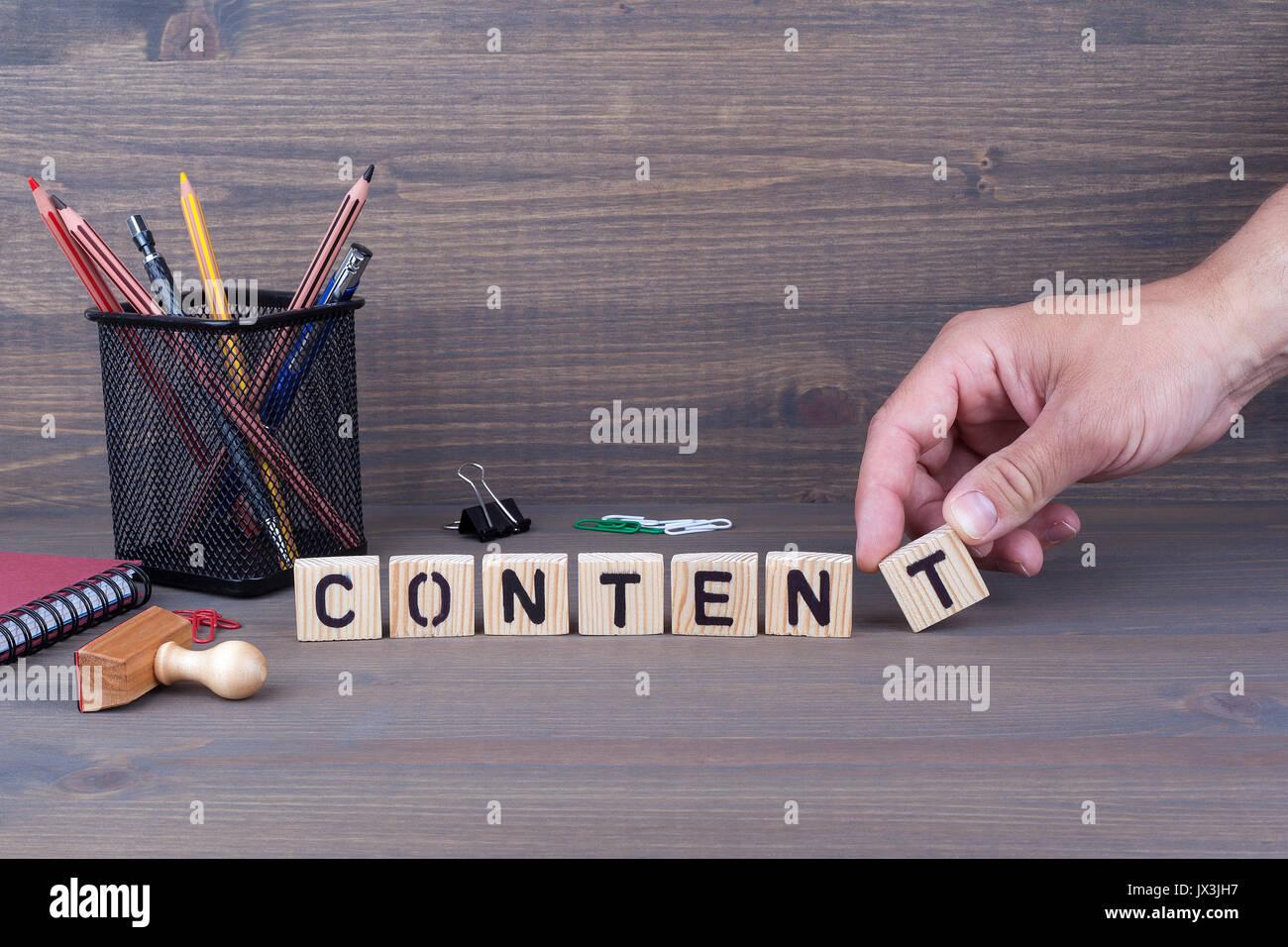 Concetto di contenuto. Lettere di legno su sfondo scuro Immagini Stock
