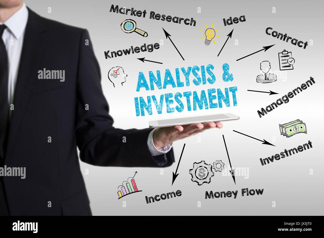 Analisi e concetto di investimento. l uomo in possesso di un computer tablet. Immagini Stock