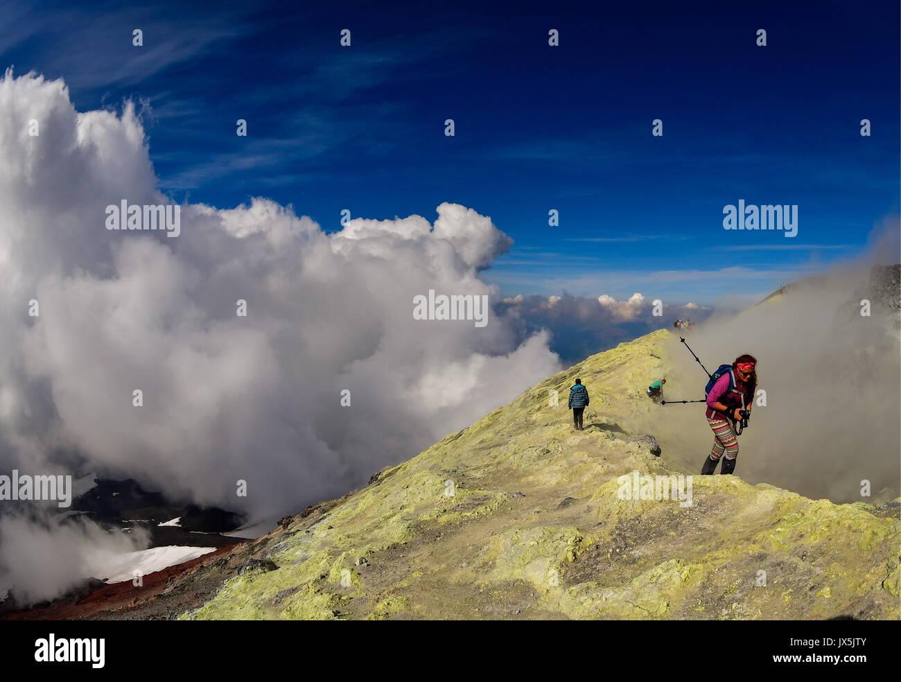 Territorio del Kamchatka, Russia. 12 Ago, 2017. I turisti presso il cratere dell'Avachinsky attivi Stratovulcano. Foto Stock
