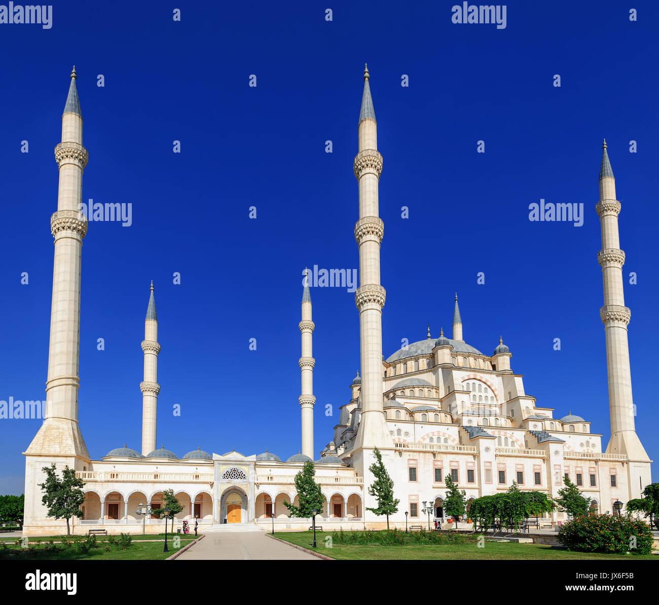 Sabanci Moschea centrale (Merkez Camii) con sei minareti di Adana è la più grande moschea in Turchia Immagini Stock