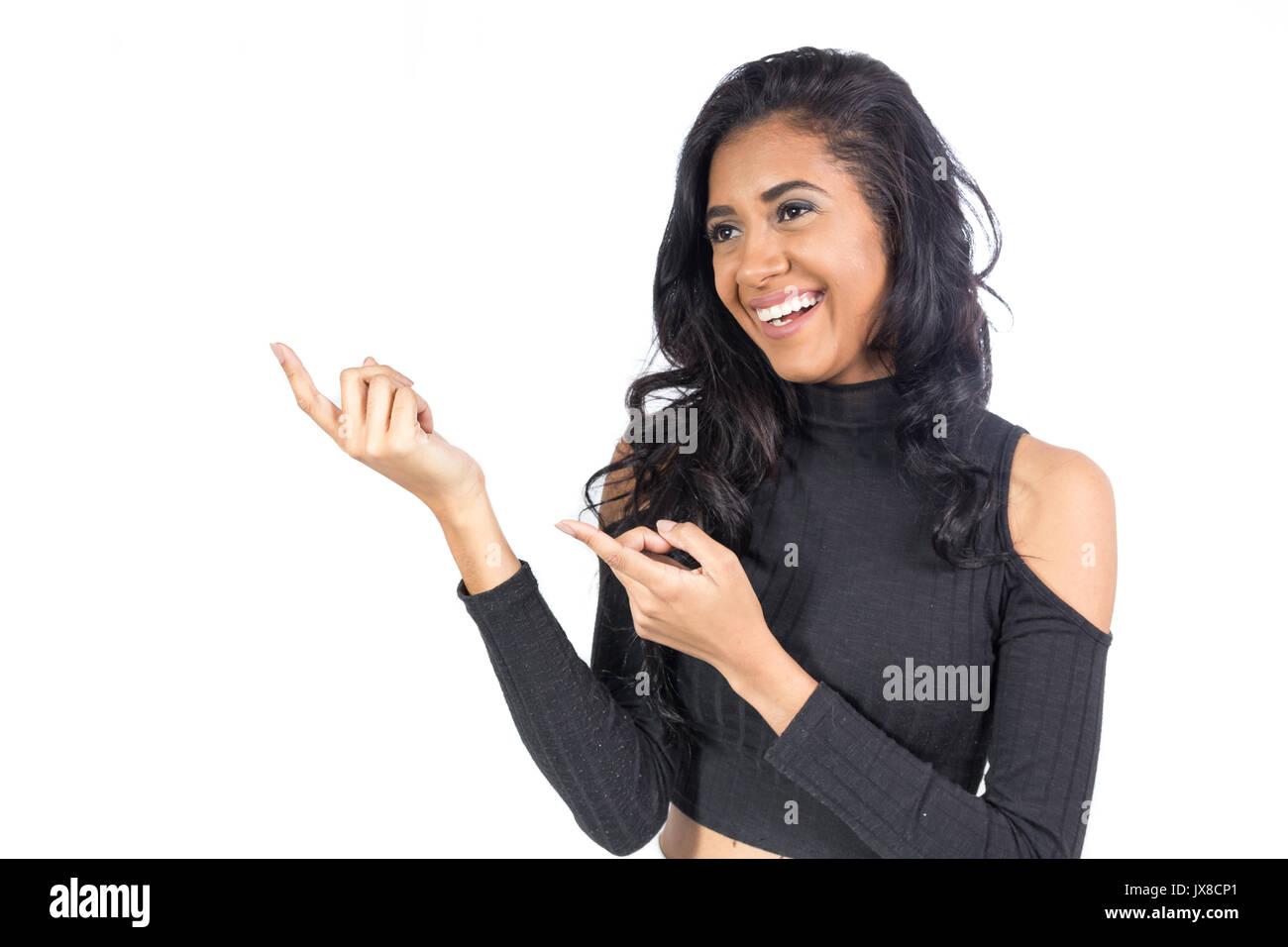 5b47aa29cc Il brasiliano è rivolto con entrambe le mani lo spazio per il testo.  Afrodescendant donna