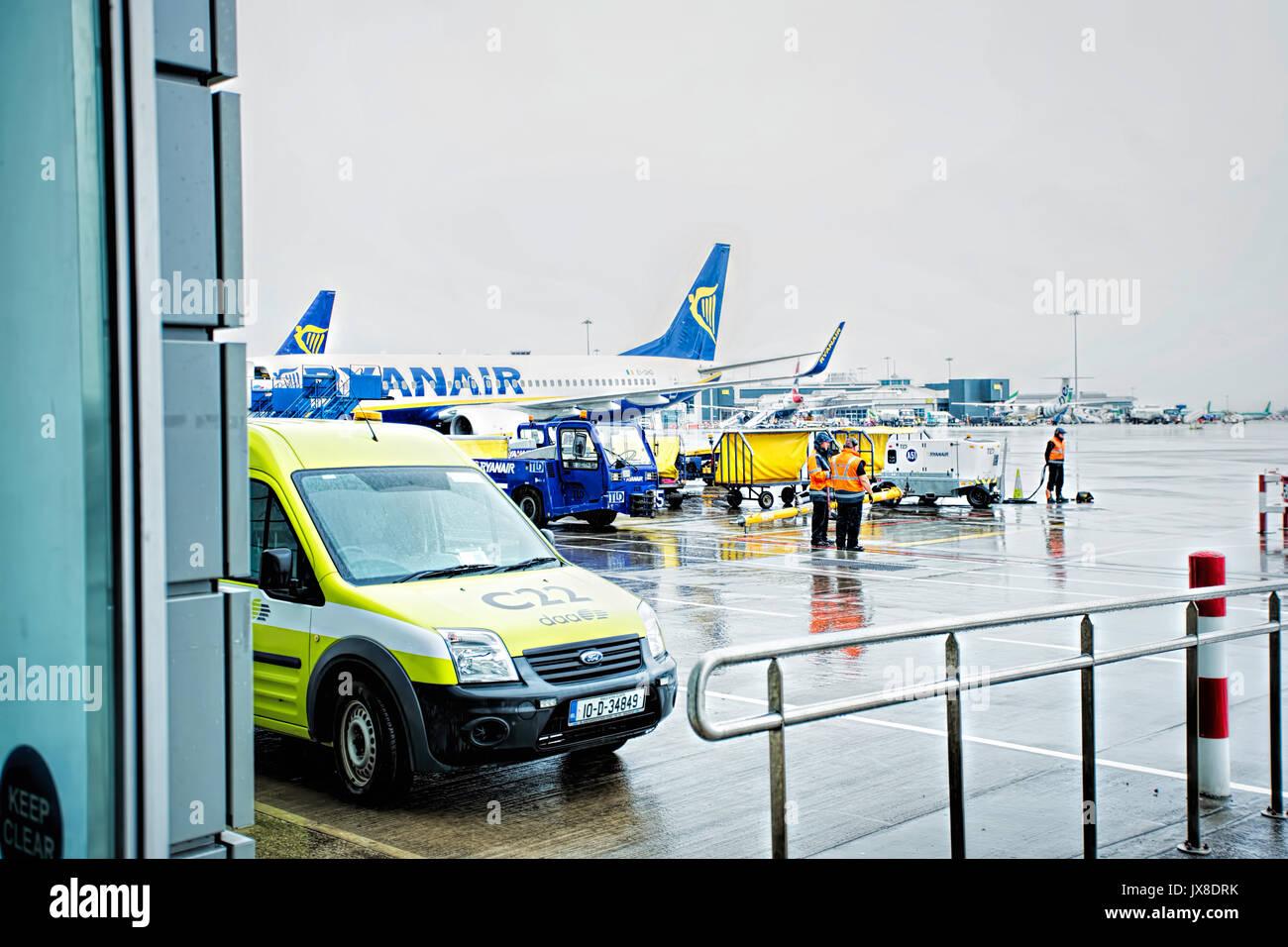 I membri dell'aeroporto di Dublino il personale di terra - dispatcher e il controller comunica con le compagnie aeree di bilancio piano equipaggio, sul giorno di pioggia sul terminale uno/Dublin Immagini Stock