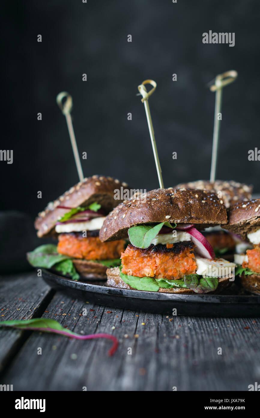 Tofu vegetariani carota burger cursori servita sulla padella di ferro. Vista ingrandita, tonica immagine Immagini Stock