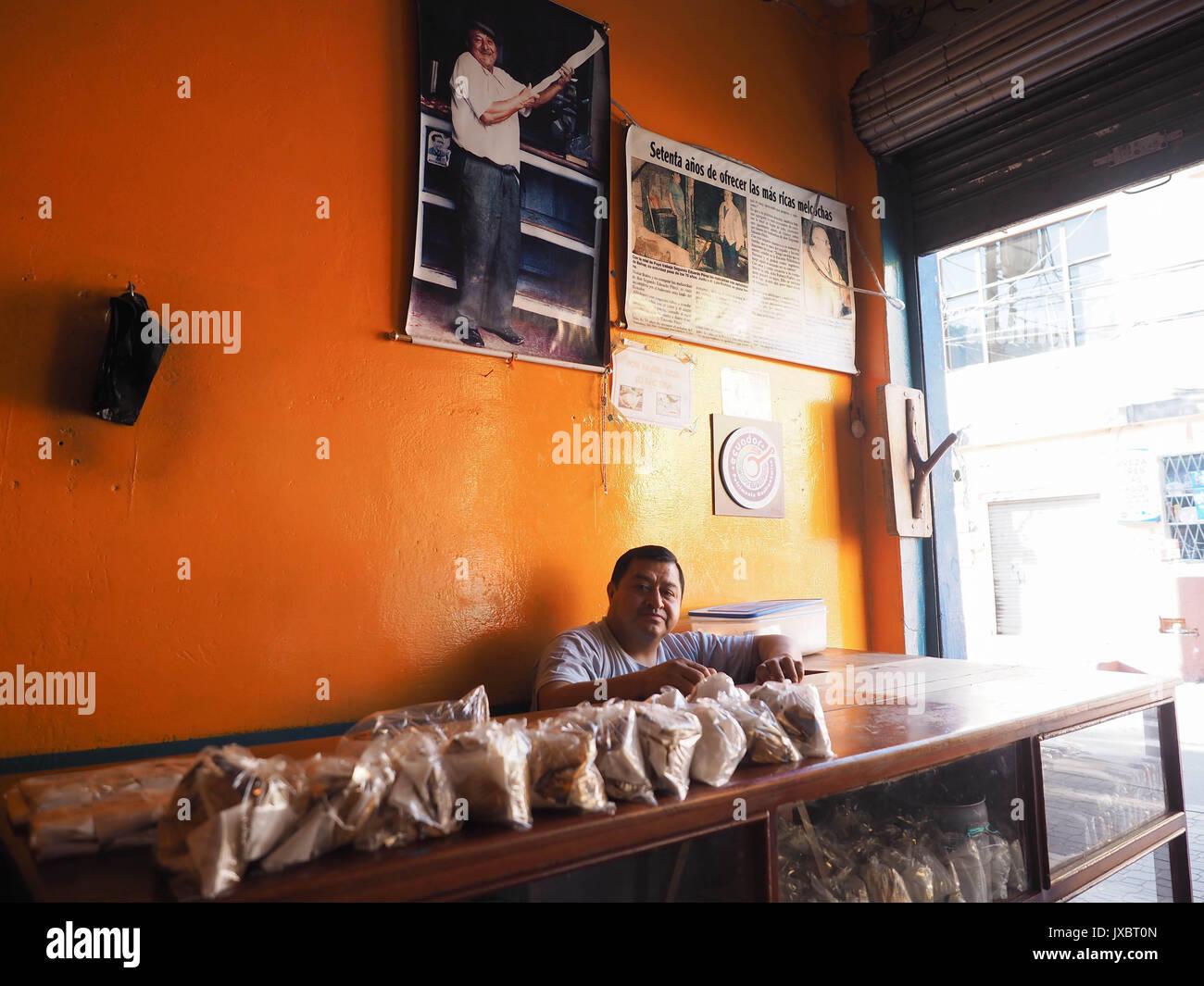 Luis Perez è un artigiano nella fabbricazione di Melcocha, una piccola dolcezza molto apprezzato in Ecuador. Immagini Stock