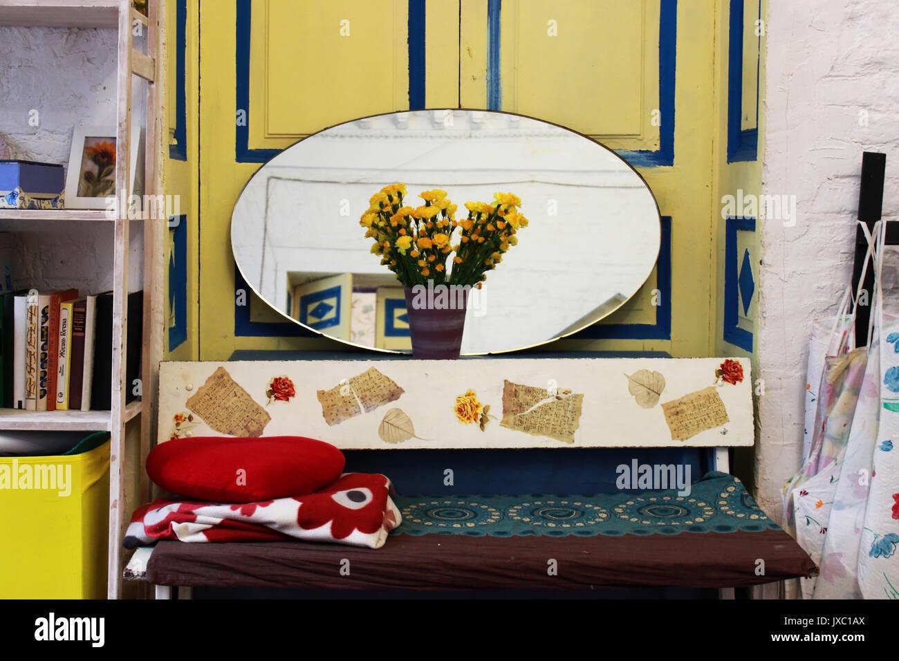 Fiori Gialli Libri.Spazio Alla Creativita Casa Accogliente Interno Da Uno Specchio