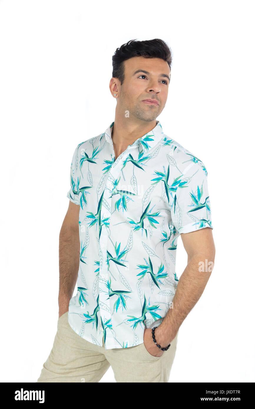 Il brasiliano uomo che indossa una camicia con motivi floreali ... 60fc9db786d8