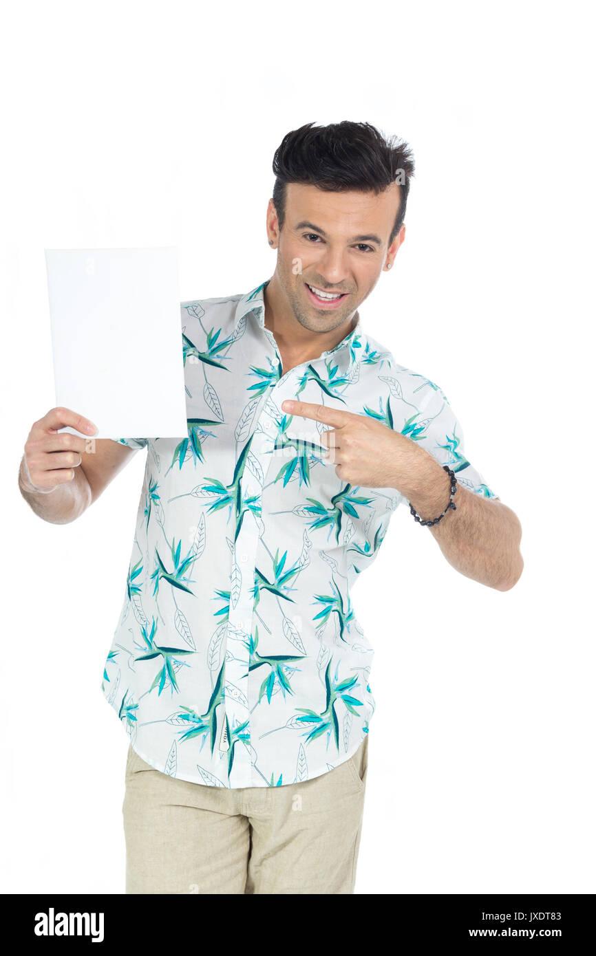 ... e punti per il contenuto della pubblicità. Offerta. Il brasiliano uomo  che indossa una camicia con motivi floreali bda988edaccd