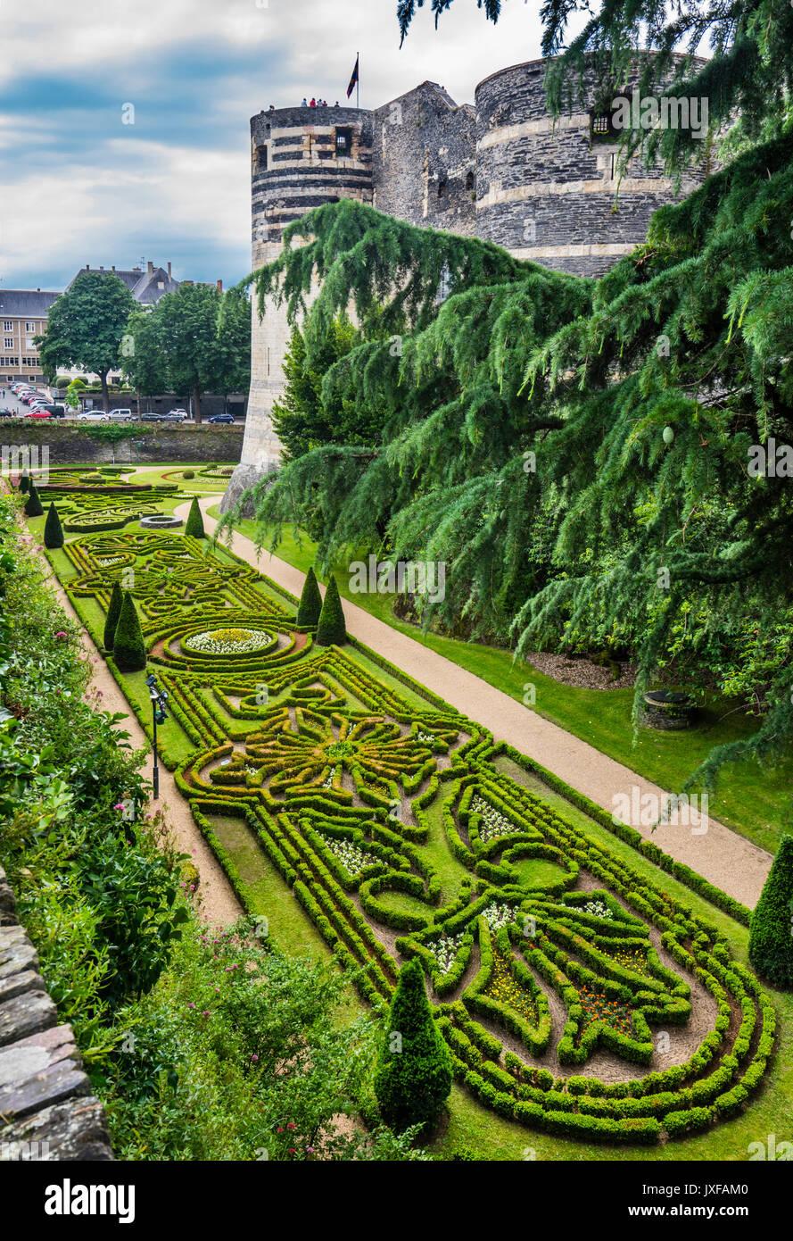 Francia Pays de la Loire, Angers, Château d'Angers, ornata giardini sotto il western merli del castello medievale Immagini Stock