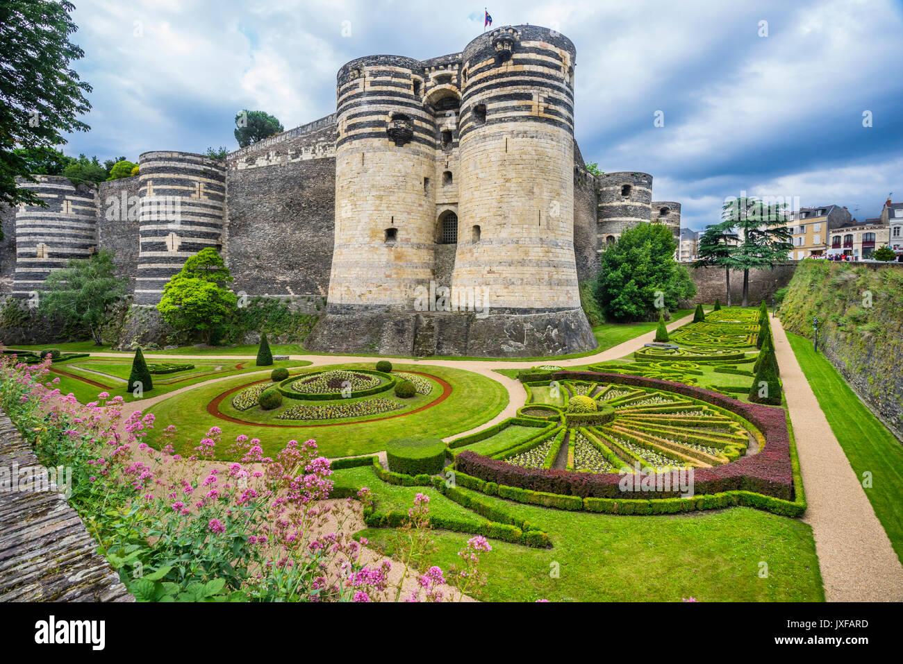 Francia Pays de la Loire, Angers, Château d'Angers, ornata giardini sotto la porta del sud i merli del castello medievale Immagini Stock