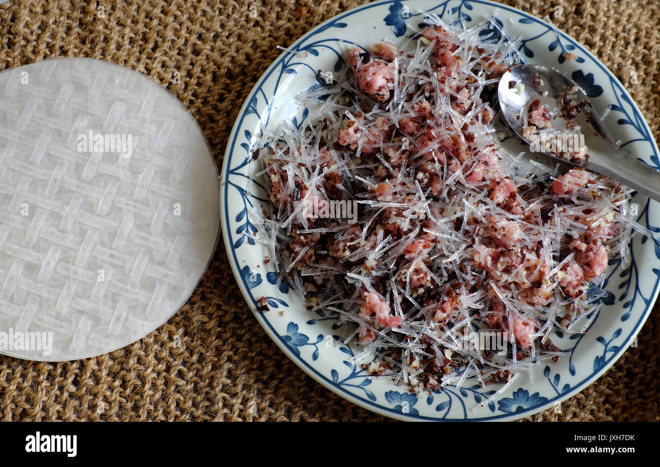 Il materiale grezzo per il vietnamita uovo rotolo o involtini ...