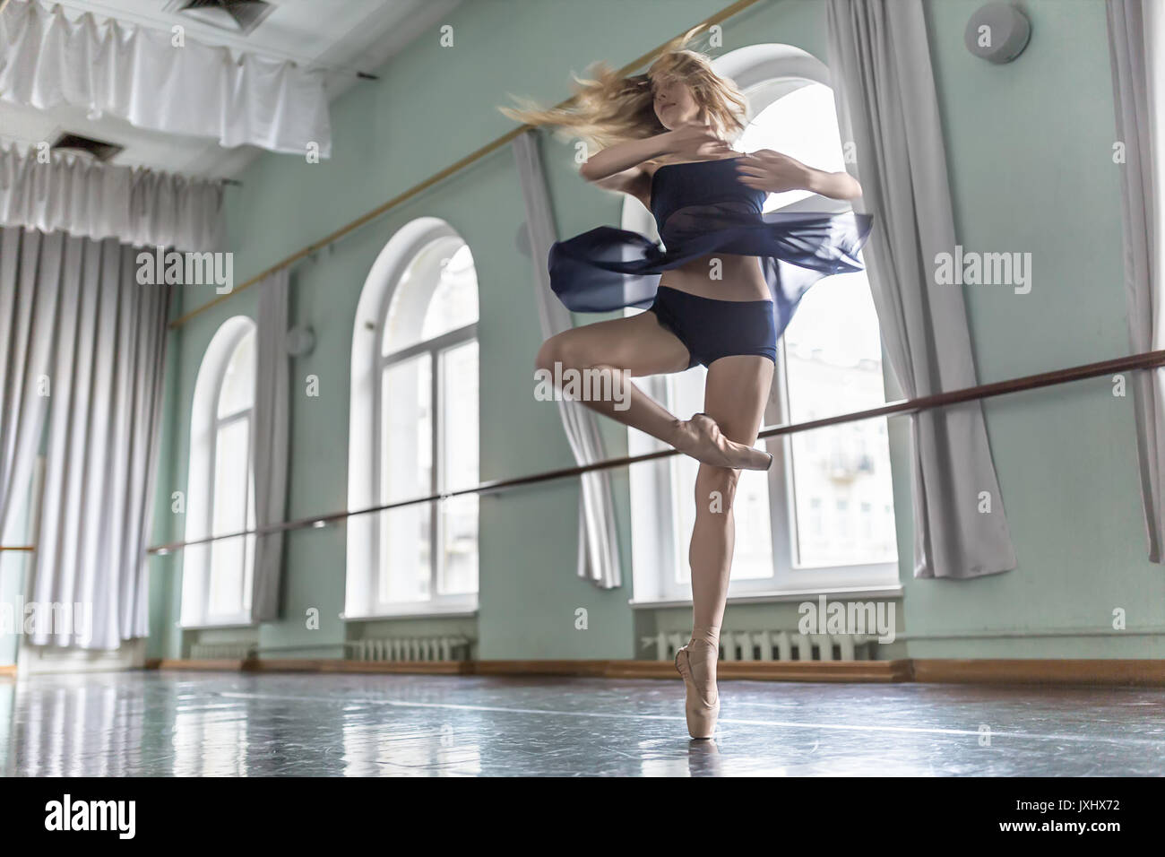 Ballerino in sala di balletto Immagini Stock