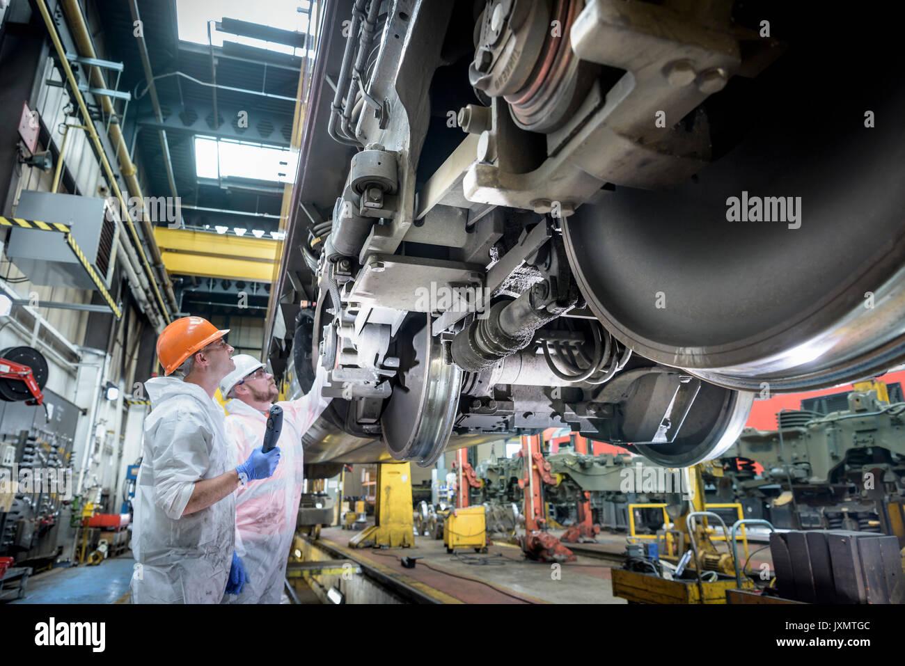 Locomotiva ingegneri che lavorano sulla locomotiva nel treno funziona Immagini Stock
