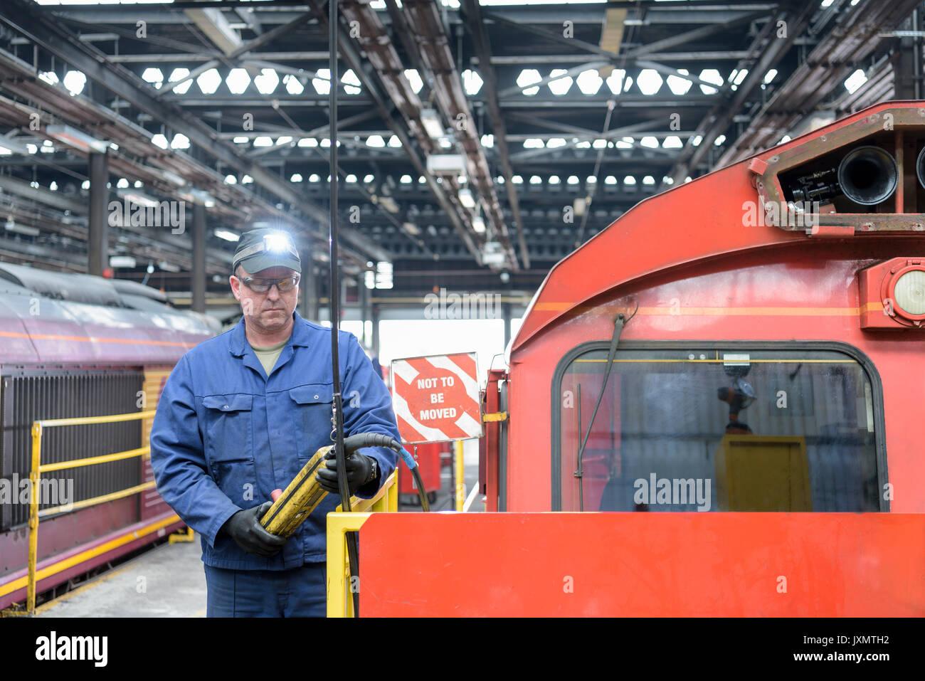 Locomotiva ingegnere in treno funziona Foto Stock