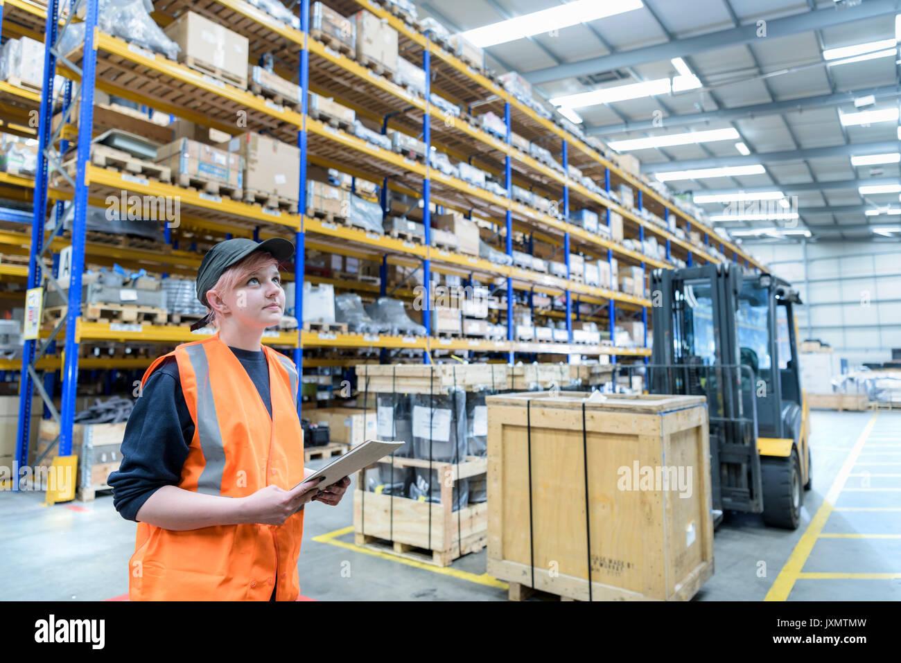 Femmina lavoratore storage in treno funziona magazzino Immagini Stock