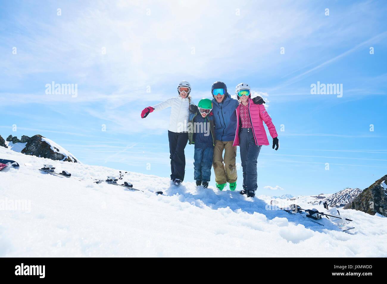 Famiglia in vacanza di sci, Hintertux, Tirolo, Austria Immagini Stock