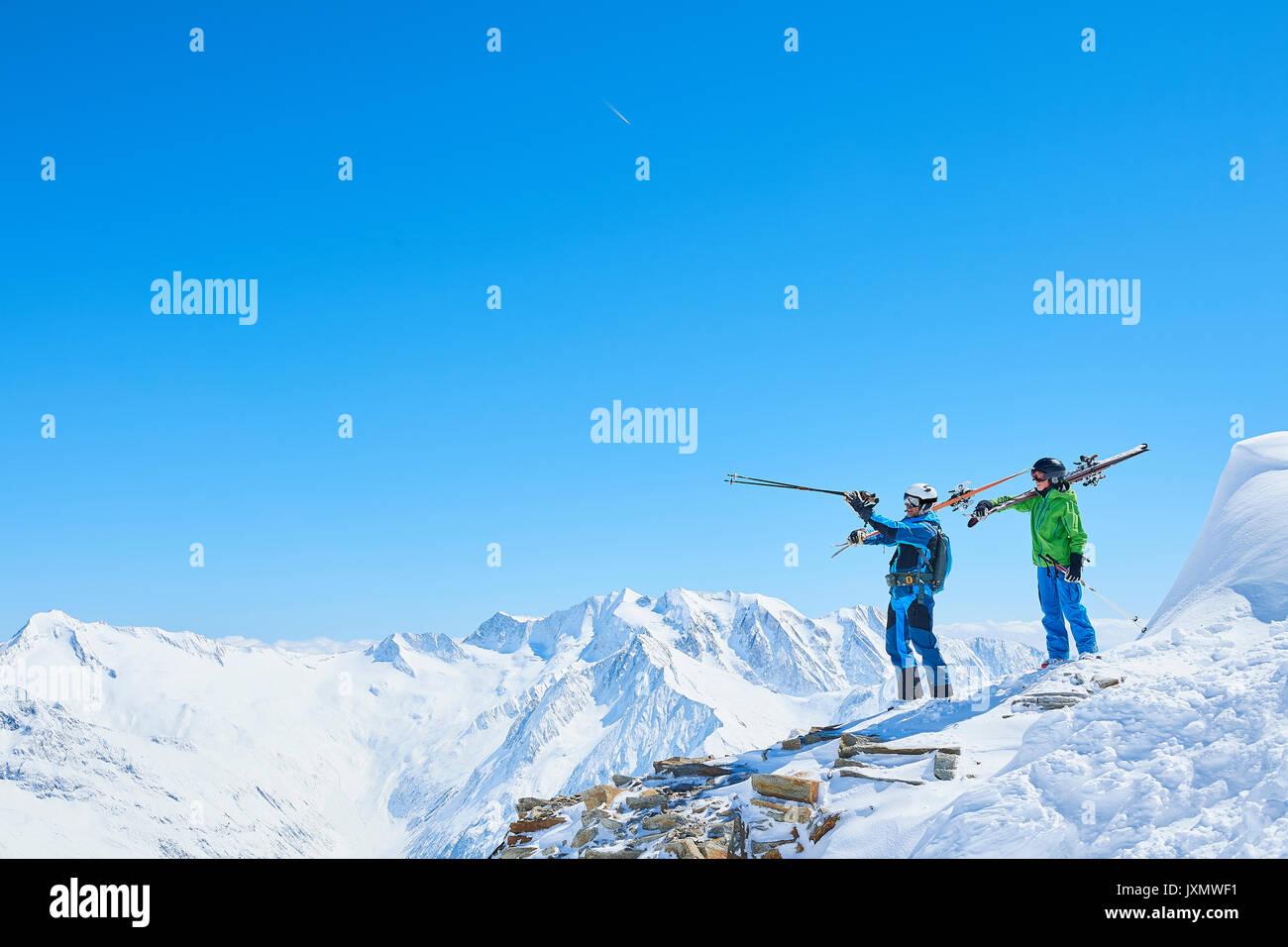 Padre e figlio in vacanza di sci, Hintertux, Tirolo, Austria Immagini Stock