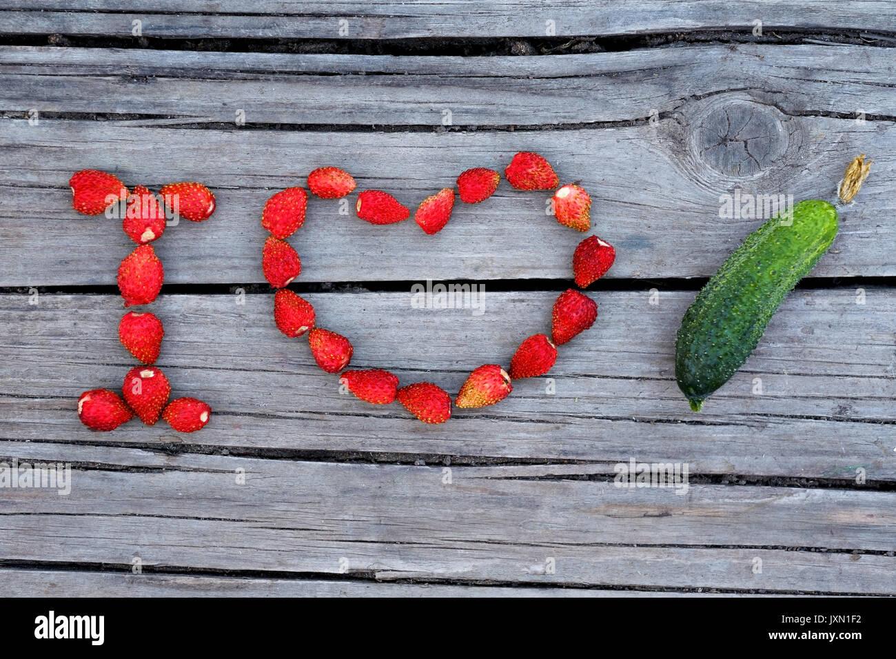 Testo io amo il cetriolo realizzato da rosso fragola Immagini Stock