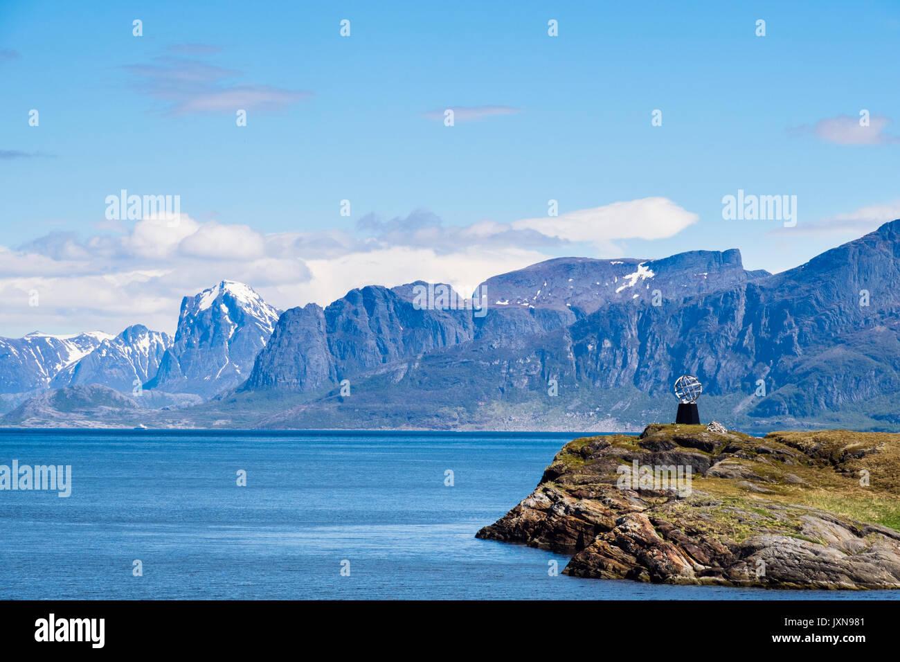 Circolo Polare Artico monumento scultura globo sull isola di Vikingen, Rødøy comune, Nordland, Norvegia, Scandinavia, Europa. Mefjorden Immagini Stock