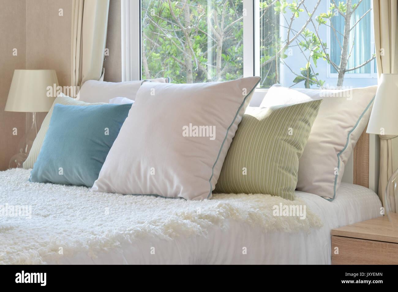 Elegante camera da letto interior design con colorati ...