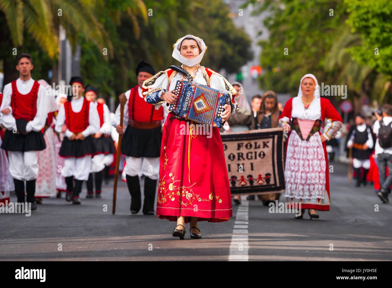 Sardegna sagra tradizionale, un fisarmonicista femminile conduce il suo locale gruppo folk in gran processione della Cavalcata festival di Sassari. Immagini Stock