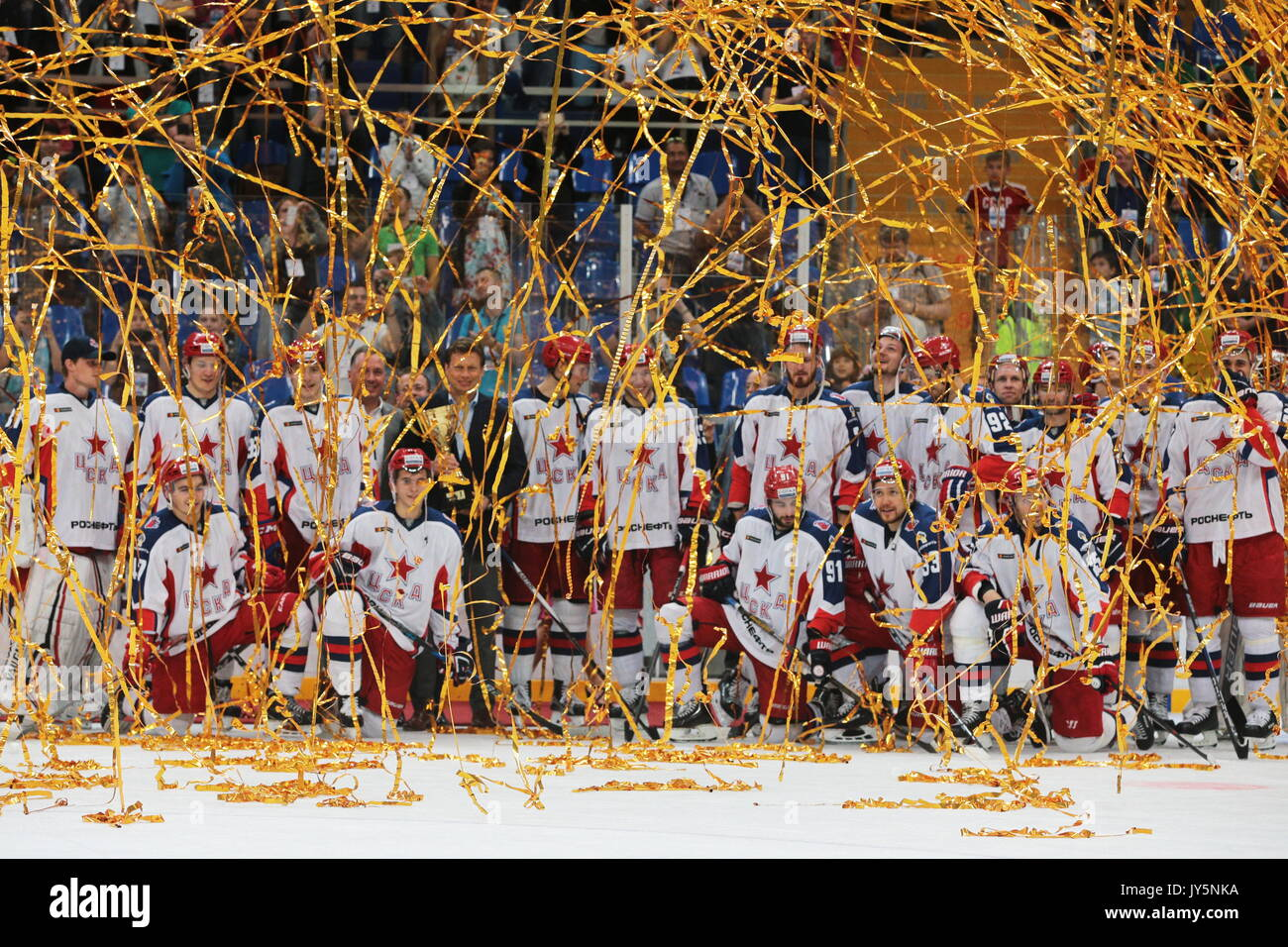 Mosca, Russia. 18 Agosto, 2017. Nikolai Gulyayev (C), a capo del governo di Mosca di Sport e Turismo Ministero, e il CSKA Mosca del giocatori vincitori del 2017 Mosca Sindaco di Hockey su Ghiaccio Cup, durante una cerimonia di premiazione a Megasport Arena. Credito: Sergei Bobylev/TASS/Alamy Live News Immagini Stock