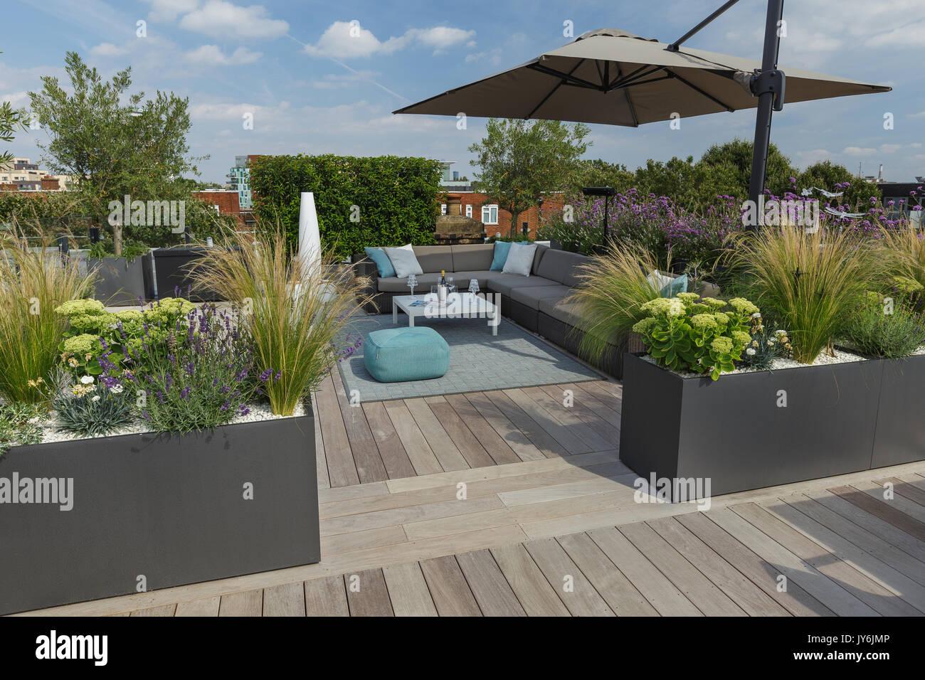 Lussuosa terrazza sul tetto a Londra con legno duro decking ...