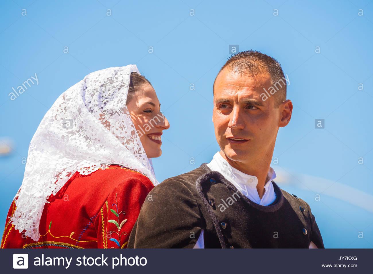 Ritratto di una giovane coppia cavalcare insieme indossando il costume  tradizionale in parata della Cavalcata Sarda 304058303e6