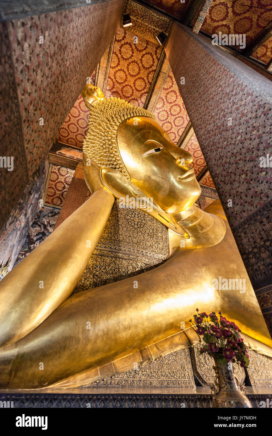Buddha Phra Saiyas, il Buddha reclinato, Wat Pho tempio di Bangkok, Tailandia Immagini Stock