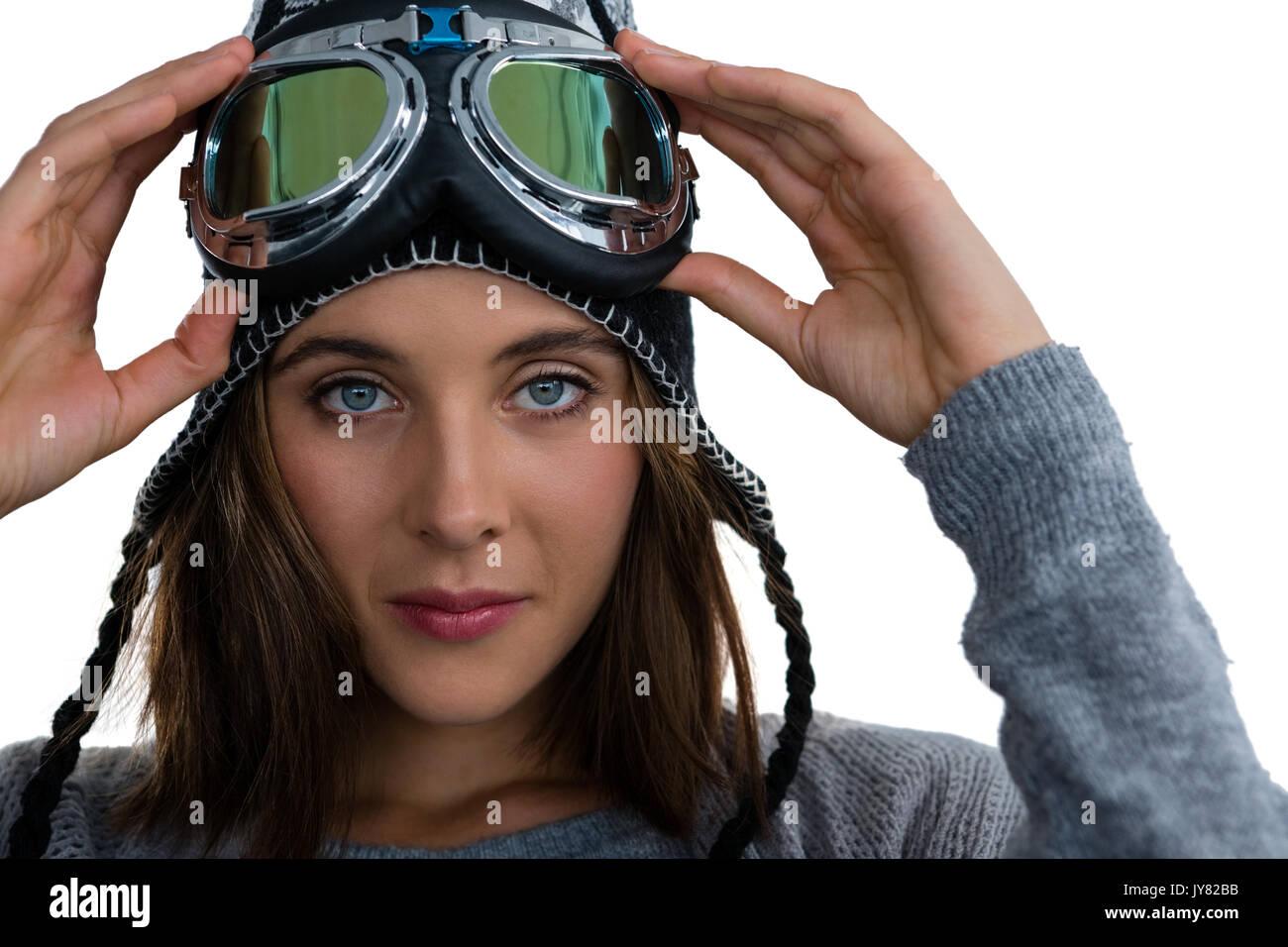 Close up ritratto di donna che indossa gli occhiali da sci contro uno sfondo bianco Immagini Stock
