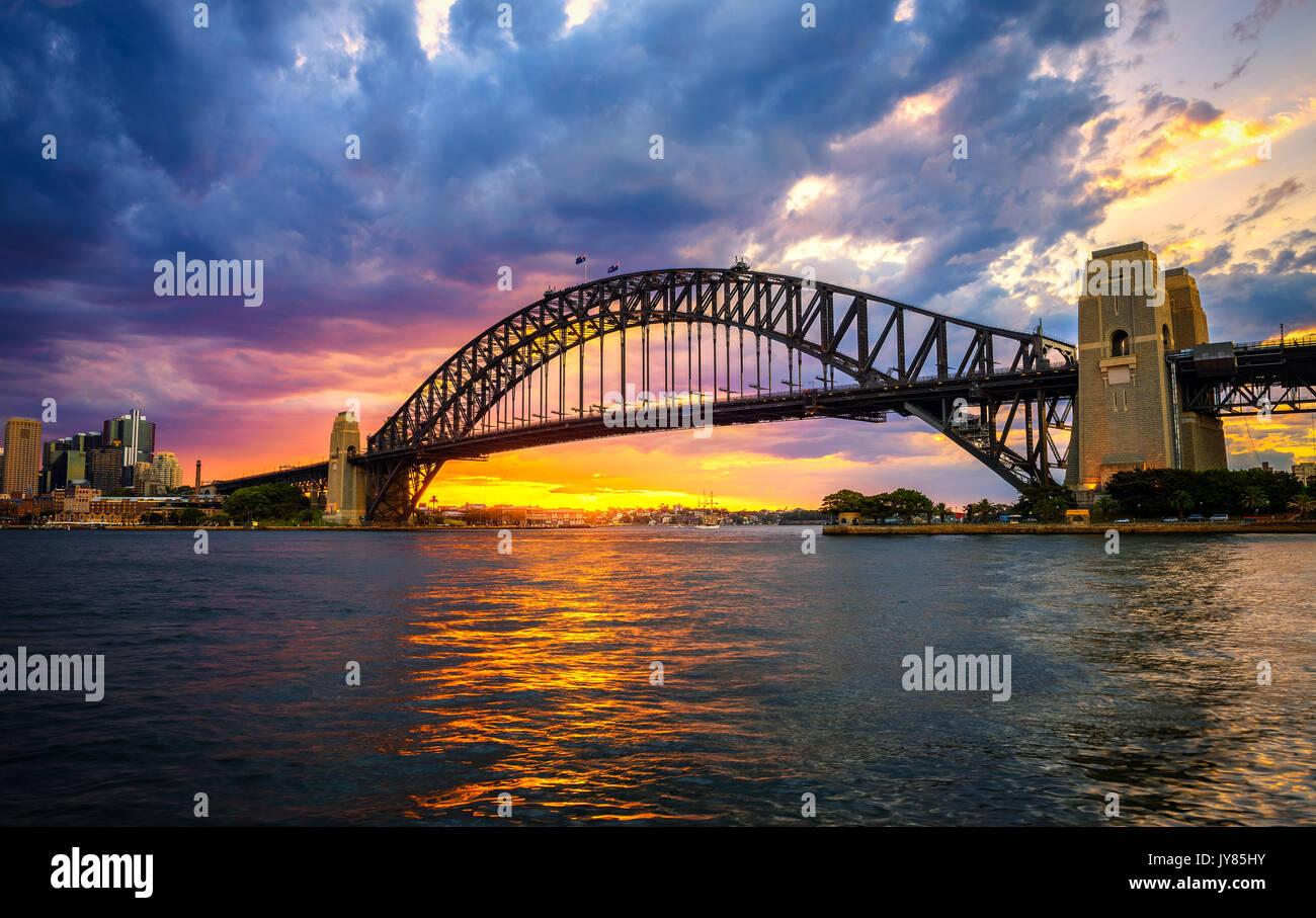Tramonto spettacolare sopra il Ponte del Porto di Sydney, NSW, Australia. Immagini Stock