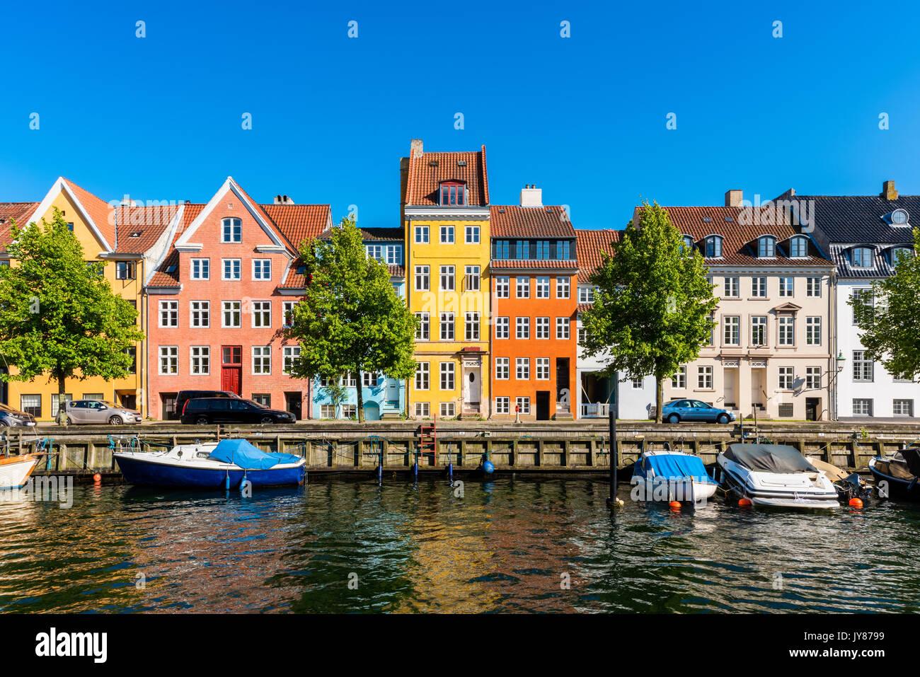 Case colorate lungo il canale in Copenhagen DANIMARCA Immagini Stock