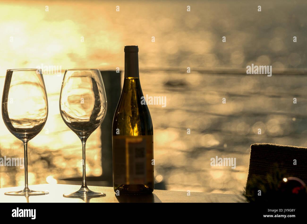 Vuoto due bicchieri di vino con una bottiglia su una spiaggia home