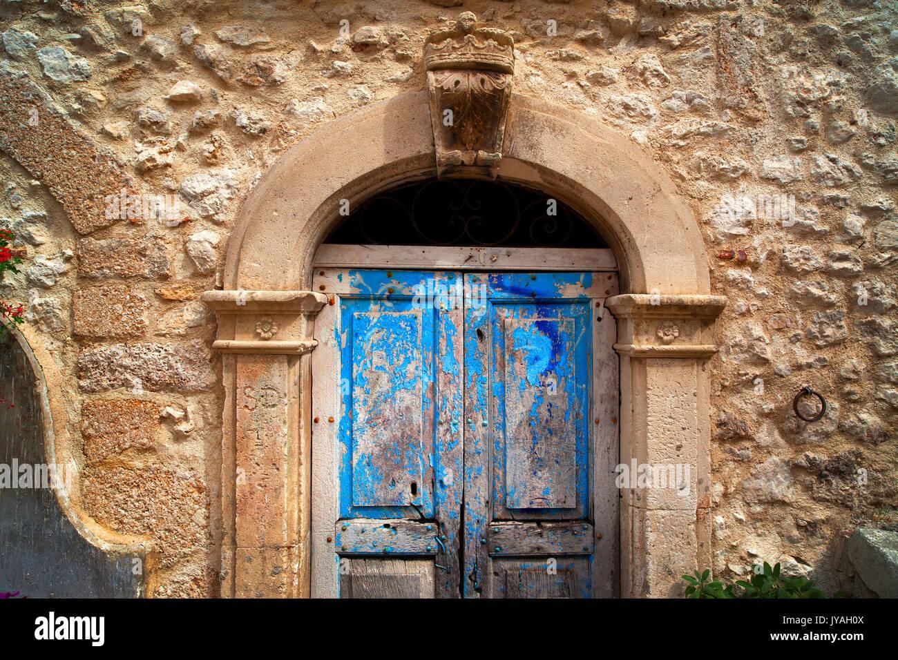 Vecchie porte in legno nella regione Abruzzo d'Italia. Immagini Stock