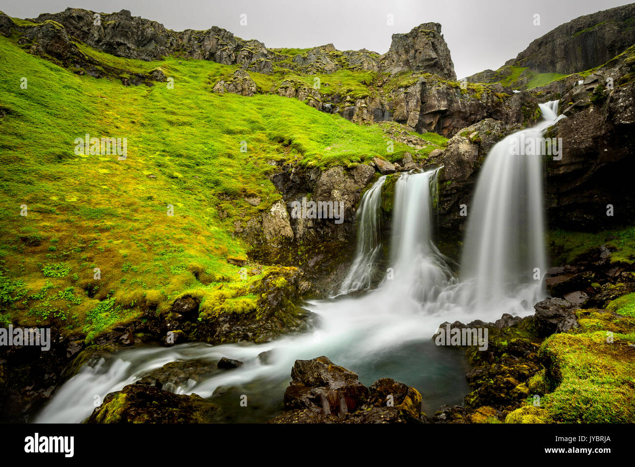 Bella cascata Klifbrekkafossar nell est dell'Islanda. Immagini Stock