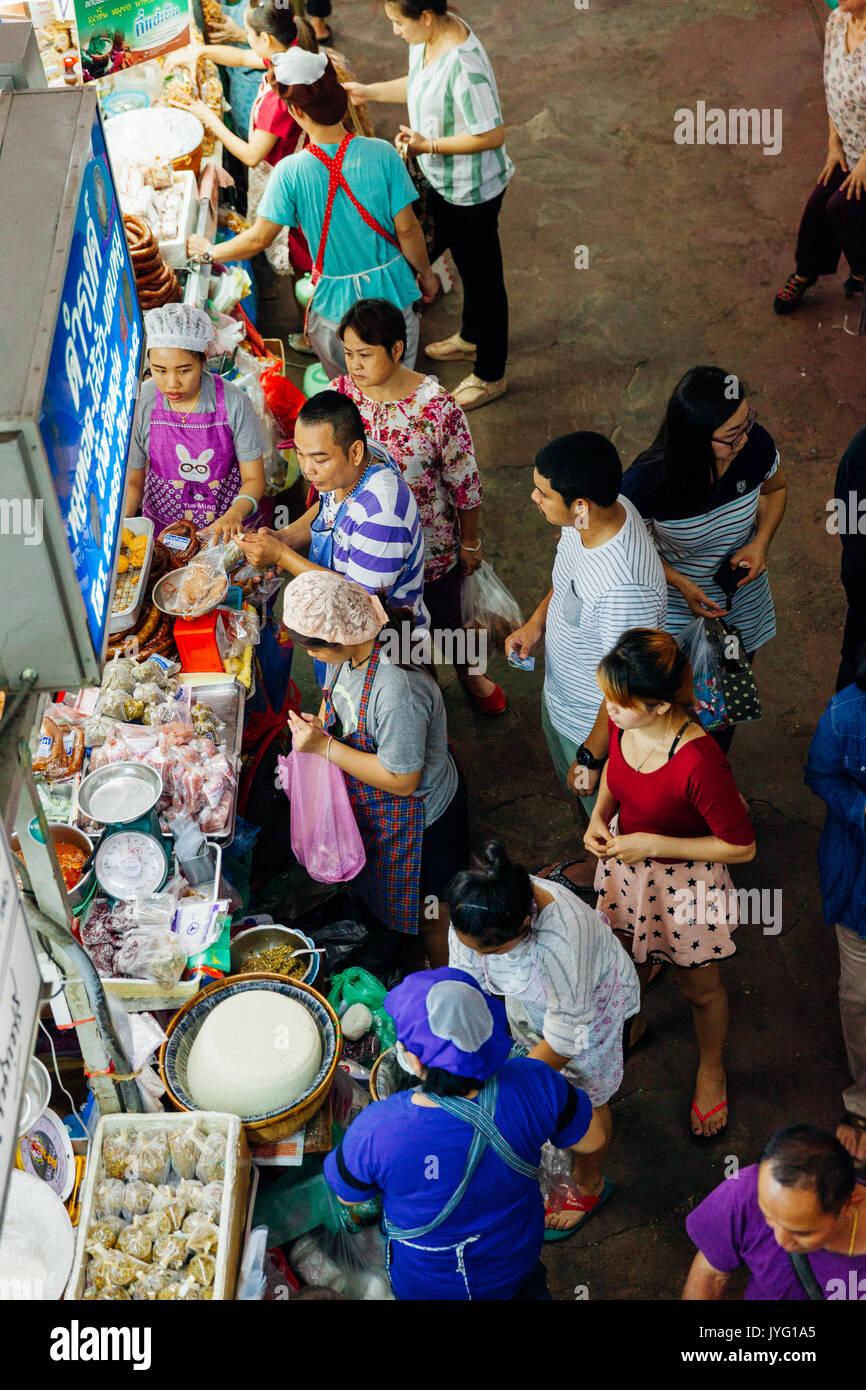 Chiang Mai, Thailandia - Agosto 27, 2016: un gruppo di clienti folla nei pressi del cibo in stallo il mercato Warorot su agosto 27, 2016 in Chiang Mai Thailandia Immagini Stock