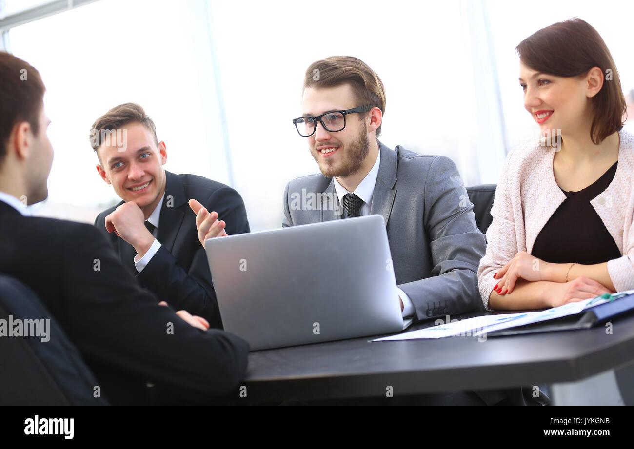 Manager comunica con il client in ufficio Immagini Stock
