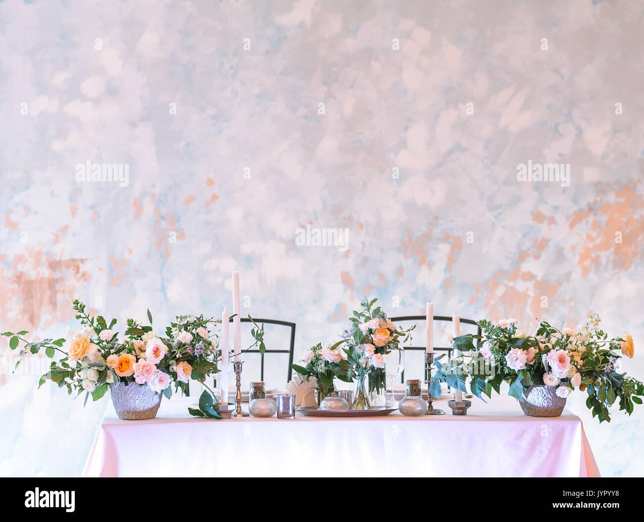 La Disposizione, Il Matrimonio, Il Concetto Di Design. Splendida  Impostazione Tabella Per Due Persona Decorata Con Grandi Mazzi Di Fiori E  Candele In ...